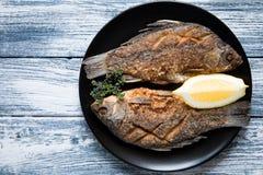 Marynowany smażący rybi karp Korzenny rybi dłoniak z pikantność i cytryną Fotografia Stock
