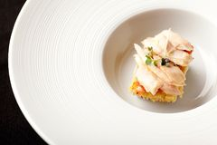 Marynowany tuńczyk na round talerzu zdjęcia royalty free