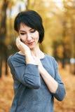 Marzący dziewczyna portret, kolor żółty opuszcza na tle, jesieni miasta park, sezon jesienny Fotografia Stock