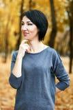 Marzący dziewczyna portret, kolor żółty opuszcza na tle, jesieni miasta park, sezon jesienny Obraz Royalty Free