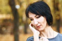 Marzący dziewczyna portret, kolor żółty opuszcza na tle, jesieni miasta park, sezon jesienny, czerń żakiet Zdjęcie Stock