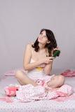 Marzący dziewczyny budzi się up szczotkujący jej włosy obraz royalty free