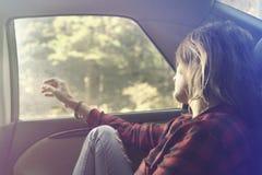 Marzący kobiety relaksuje samochodem dla nowej wycieczki obraz stock