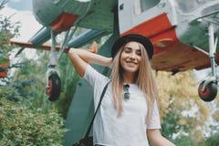 Marzący młodej dziewczyny patrzeje kamera szczęśliwa, z małym ślicznym h zdjęcie royalty free
