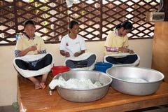 Marzec 25, 2014 Kambodża: niezidentyfikowane dziewczyny siedzieli przędzalnianego jedwabniczego b Zdjęcia Royalty Free