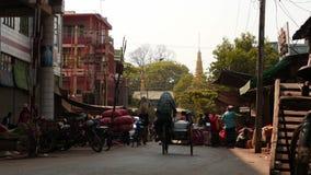 Marzec 7 2016 Mandalay, Myanmar dwa ulicy Mandalay miasto w Myanmar, jeden są z marmurowymi rzemieślnik pracami wokoło zbiory wideo