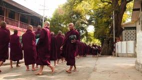 Marzec 8 2016 Mandalay, Myanmar Michaelita parada blisko monasteru w od daleko, formacja i zbiory