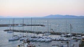 Marzec 23, 2018, Porto Santo Stefano, Włochy Wraca w wieczór połowu port zdjęcie wideo