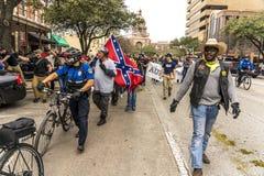 MARZEC 3, 2018, PRO-TRUMP wiec, AUSTIN TEKSAS - atutów aktywistów chwyta wiecu Podporowy prezydent PeopleLookingPeoplePhotogr zdjęcia royalty free