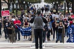 MARZEC 3, 2018, PRO-TRUMP wiec, AUSTIN TEKSAS - atutów aktywistów chwyta wiecu Podporowy prezydent Teksas, skrzydło zdjęcia royalty free