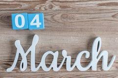 Marzec 4th Dzień 4 marszu miesiąc, dzienny kalendarz na drewnianym stołowym tle z rzeźbiącym tekstem Wiosna czas… wzrastał liście Obraz Royalty Free