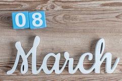 Marzec 8th Dzień 8 marszu miesiąc, dzienny kalendarz na drewnianym stołowym tle z rzeźbiącym tekstem Wiosna czas… wzrastał liście Obrazy Royalty Free