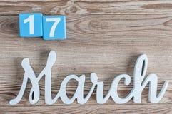 Marzec 17th Dzień 17 marszu miesiąc, dzienny kalendarz na drewnianym stołowym tle z rzeźbiącym tekstem Wiosna czas… wzrastał liśc Obraz Royalty Free