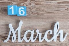Marzec 16th Dzień 16 marszu miesiąc, dzienny kalendarz na drewnianym stołowym tle z rzeźbiącym tekstem Wiosna czas… wzrastał liśc Obraz Royalty Free