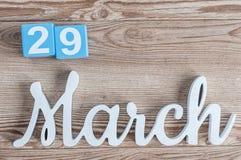 Marzec 29th Dzień 29 marszu miesiąc, dzienny kalendarz na drewnianym stołowym tle z rzeźbiącym tekstem Wiosna czas… wzrastał liśc Obraz Stock