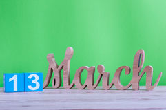 Marzec 13th Dzień 13 miesiąc, dzienny drewniany kalendarz na stole i zieleni tło, Wiosna czas, opróżnia przestrzeń dla teksta Fotografia Royalty Free