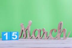 Marzec 15th Dzień 15 miesiąc, dzienny drewniany kalendarz na stole i zieleni tło, Wiosna czas, opróżnia przestrzeń dla teksta Zdjęcia Stock