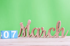 Marzec 7th Dzień 7 miesiąc, dzienny drewniany kalendarz na stole i zieleni tło, Wiosna dzień, opróżnia przestrzeń dla teksta Zdjęcia Royalty Free