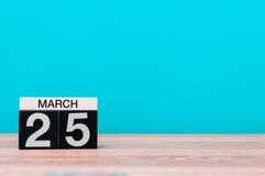 Marzec 25th Dzień 25 miesiąc, kalendarz na stole z turkusowym tłem Wiosna czas, opróżnia przestrzeń dla teksta Zdjęcie Stock