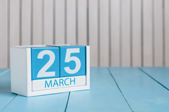 Marzec 25th Wizerunek marszu 25 koloru drewniany kalendarz na białym tle Wiosna dzień, opróżnia przestrzeń dla teksta Obraz Royalty Free