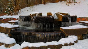 Marznąć fontannę w śniegu zbiory