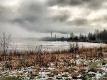 Marznący przedmieścia jezioro przy mgłowym zima dniem Rosja, Arkhangelsk - Fotografia Stock