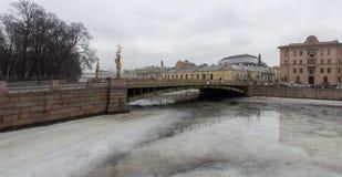 Marznący z lodową rzeczną pejzaż miejski panoramą Zdjęcie Royalty Free