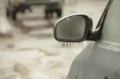 Marznięcie deszczu lodu pokryty samochód obraz royalty free