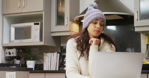Marznięcie kobieta w woolen używać jej laptop 4K 4k zbiory wideo