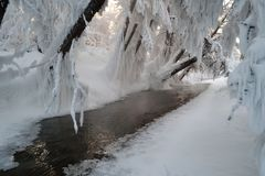 Marznięcie rzeki w Oymyakon Tomtor wioska, Yakutia fotografia stock