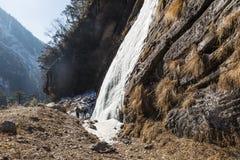 Marznięcie siklawa która latał od góry przy Lachen Północny Sikkim, India Zdjęcie Royalty Free
