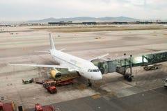 3 marzo 2018, Barcellona, Spagna Vueling spagnolo Airbus al portone del EL Prat dell'aeroporto a Barcellona fotografia stock libera da diritti