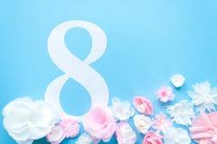 8 marzo carta di giorno del ` s delle donne con i fiori di carta Fotografia Stock Libera da Diritti