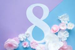 8 marzo carta di giorno del ` s delle donne con i fiori di carta Fotografie Stock