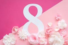 8 marzo carta di giorno del ` s delle donne con i fiori di carta Fotografie Stock Libere da Diritti