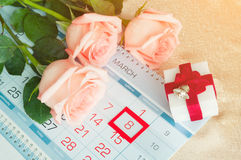8 marzo carta - rose sopra il calendario con la data incorniciata dell'8 marzo Fotografie Stock Libere da Diritti