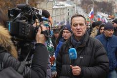 Marzo commemorativo di Nemtsov Il giornalista straniero con un microfono sta riferendo dalla scena fotografie stock