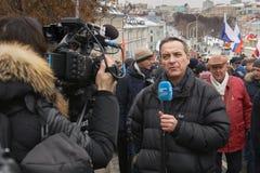 Marzo commemorativo di Nemtsov Il giornalista straniero con un microfono sta riferendo dalla scena fotografia stock