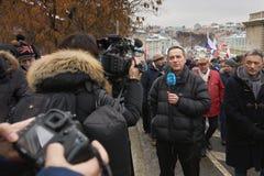 Marzo commemorativo di Nemtsov Il giornalista straniero con un microfono sta riferendo dalla scena immagine stock libera da diritti