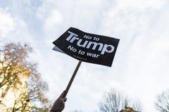 Marzo contra políticas del triunfo Imágenes de archivo libres de regalías