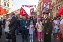 Marzo del regimiento inmortal, sincronizado al 71.o aniversario de la victoria en la gran guerra patriótica Imagenes de archivo