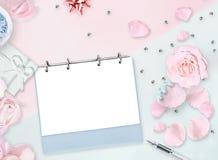 8 marzo Disposizione piana Petali rosa rosa che si trovano sotto forma di figure otto, perle, regalo Priorità bassa femminile Fotografia Stock