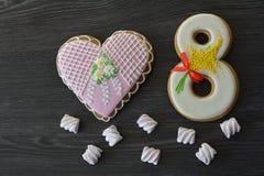 8 marzo dolci pan di zenzero e fondo di legno grigio della tavola del cuore Fotografia Stock Libera da Diritti