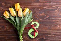 8 marzo e tulipani gialli Immagine Stock