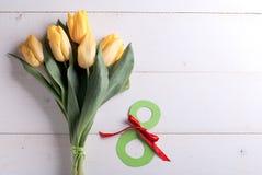 8 marzo e tulipani gialli Fotografia Stock