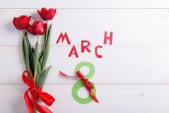 8 marzo e tulipani rossi Fotografie Stock