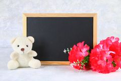 8 marzo, Giornata internazionale della donna Lavagna con i fiori e l'orsacchiotto rosa Copi lo spazio Fotografia Stock