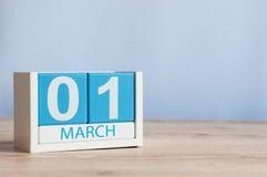 1° marzo giorno 1 del mese, calendario di legno di colore sul fondo della tavola Tempo di primavera, spazio vuoto per testo Fotografia Stock