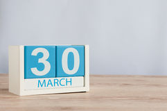 30 marzo Giorno 30 del mese, calendario di legno di colore sul fondo della tavola Tempo di primavera, spazio vuoto per testo Fotografia Stock Libera da Diritti
