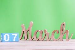 7 marzo Giorno 7 del mese, calendario di legno quotidiano sulla tavola e fondo verde Giorno di primavera, spazio vuoto per testo Fotografie Stock Libere da Diritti